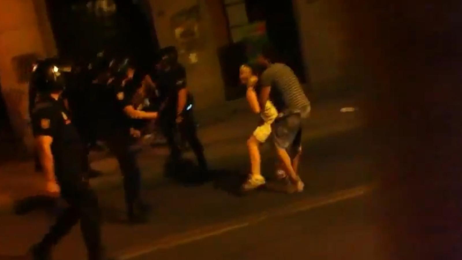 Agressió policial a una noia i a un fotògraf a Madrid, en protestes contra la visita del Papa