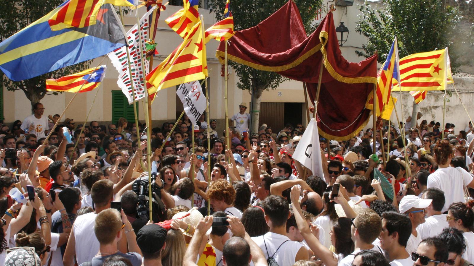El Cosso animant la festa després del pas baix el pal·li de les autoritats.