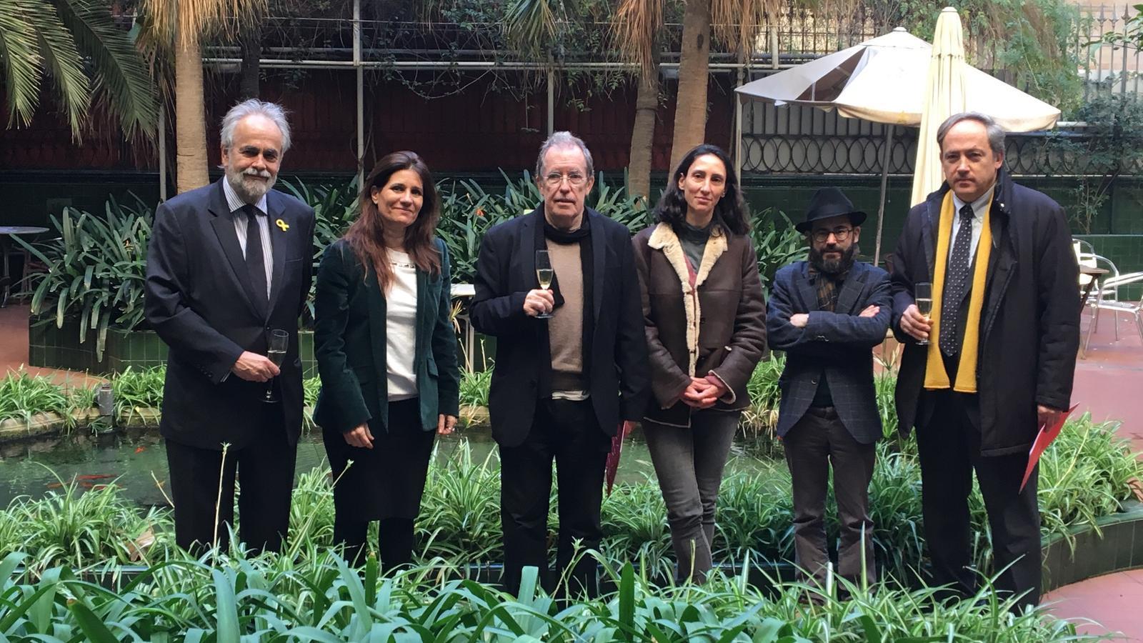 La vicepresidenta de l'Ateneu Barcelonès acompanyada d'alguns membres del nou jurat del premi Crexells