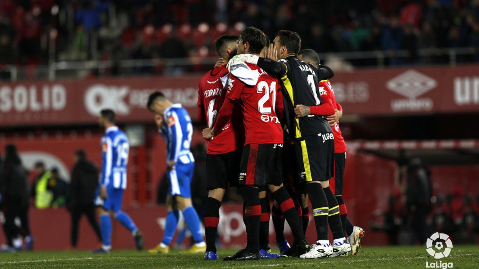 Els jugadors del Mallorca celebren el triomf contra el Deportivo a Son Moix.