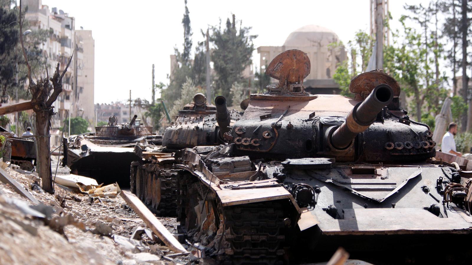 Tancs destrossats, en un carrer de Duma.