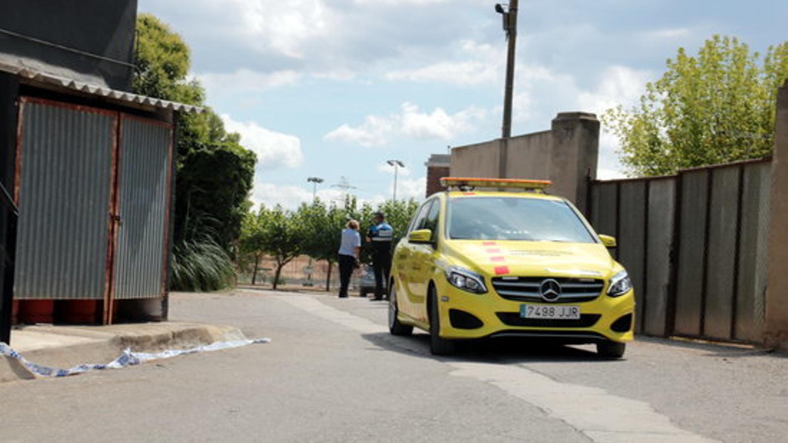 Un vehicle del SEM abandonant les instal·lacions del Club Tennis les Borges Blanques, el 16 d'agost del 2018