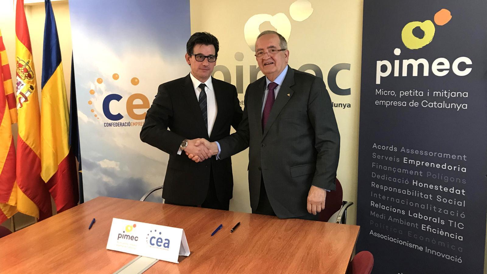 El president de la CEA, Xavier Altimir, i el de la PIMEC, Josep Gonzàlez, es donen la mà després de signar el conveni.