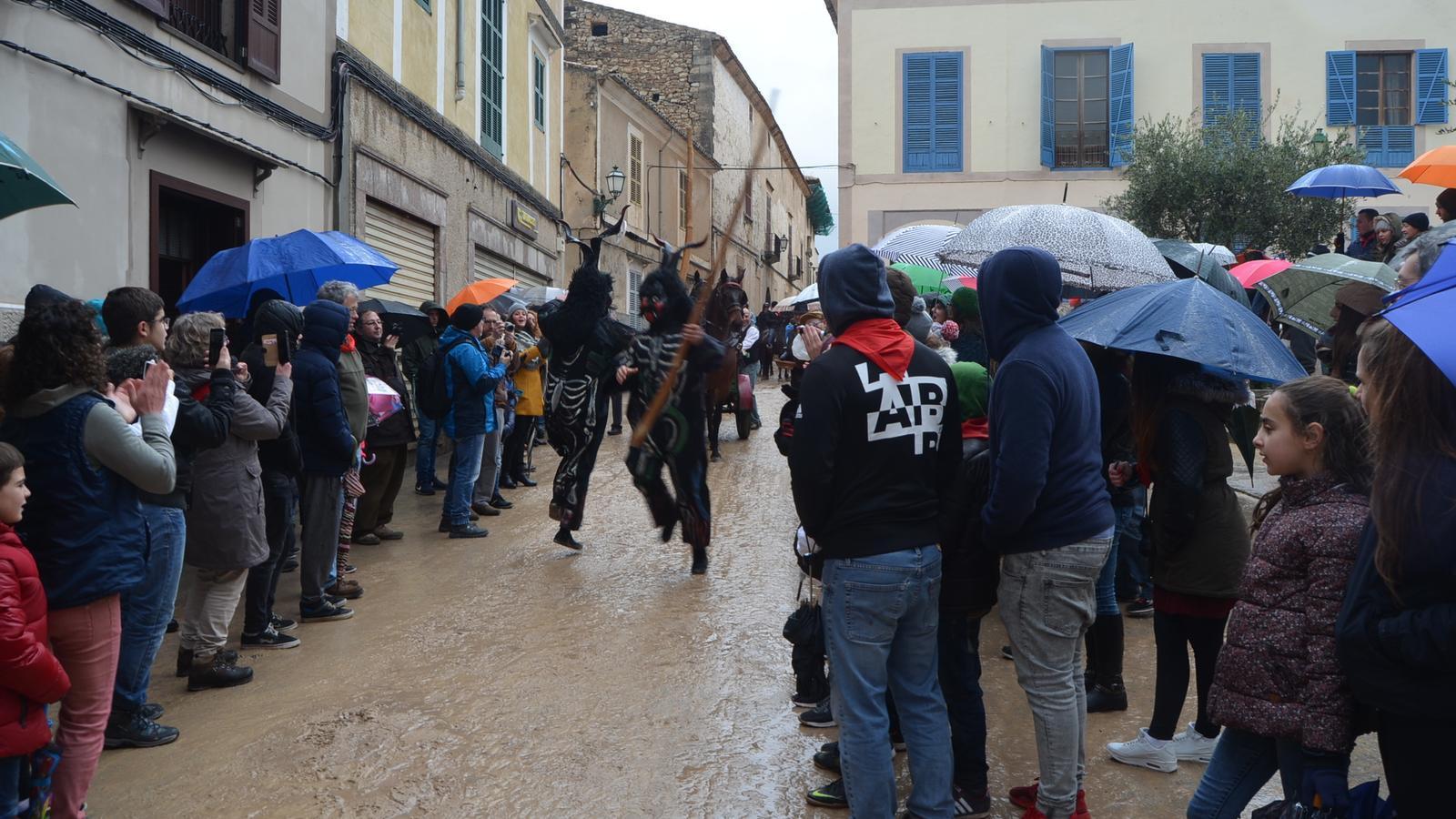 Imatge de la Colcada passant per davant la plaça de l'Ajuntament.