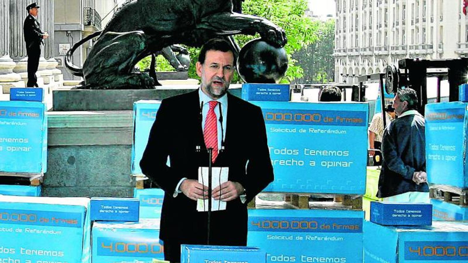QUATRE MILIONS DE FIRMES Rajoy va presentar a les portes del Congrés les signatures contra l'Estatut.