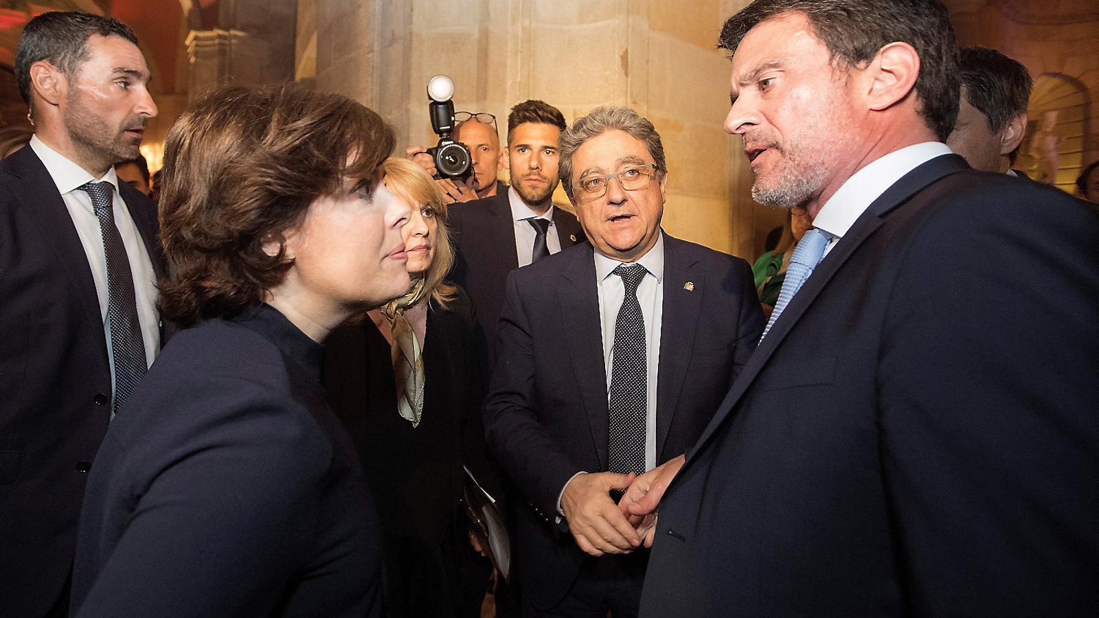 La vicepresidenta Soraya Sáenz de Santamaría i Manuel Valls durant l'acte convocat ahir per Societat Civil Catalana a Barcelona.