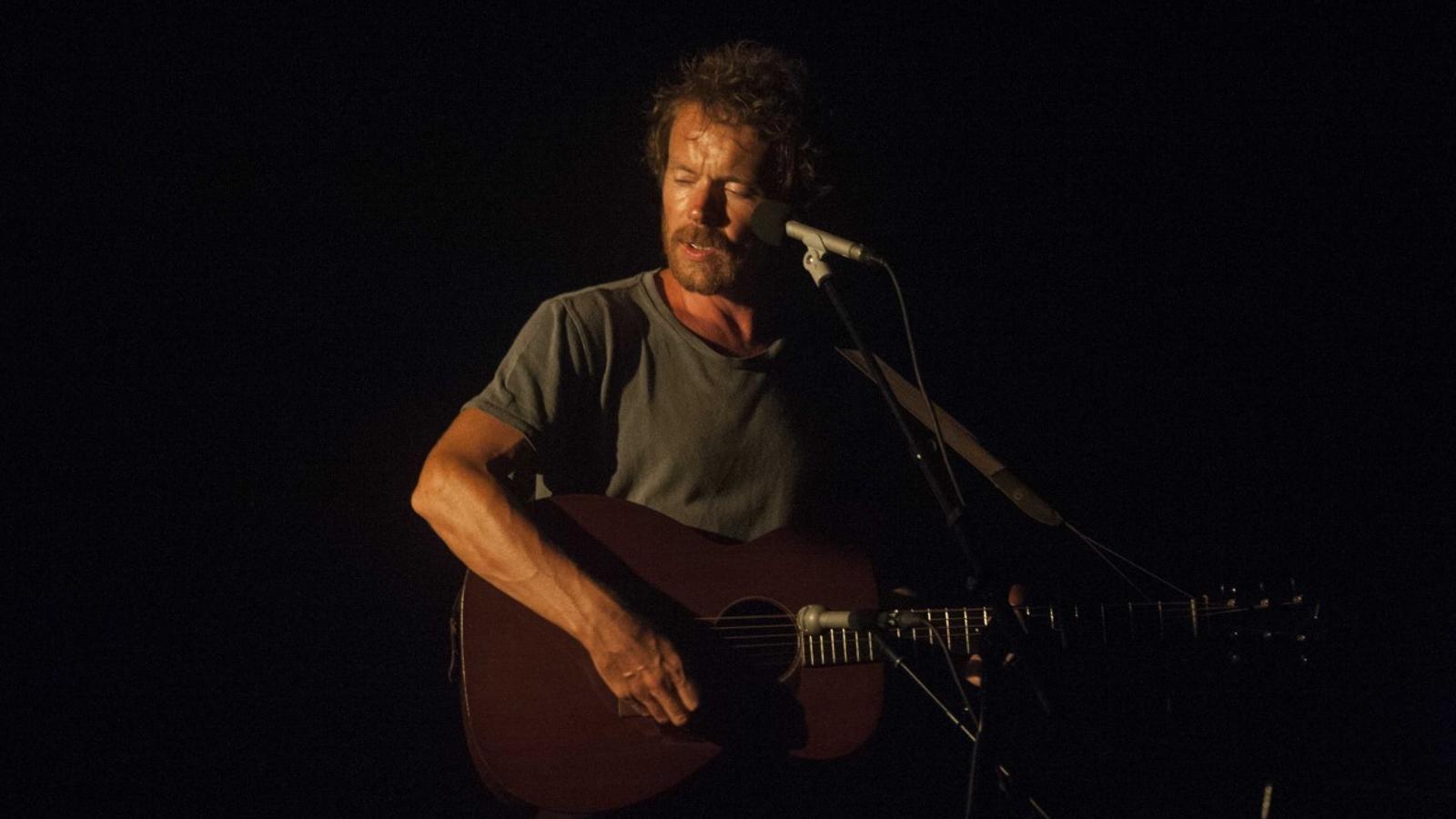 El cantautor continua la seva gira pel Mediterrani a bord d'un veler amb escala especial a Menorca.