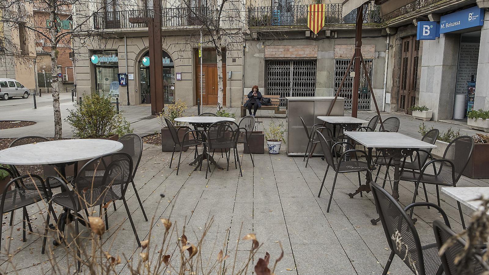 La terrassa d'un bar tancat al centre de Ripoll a causa de les restriccions.