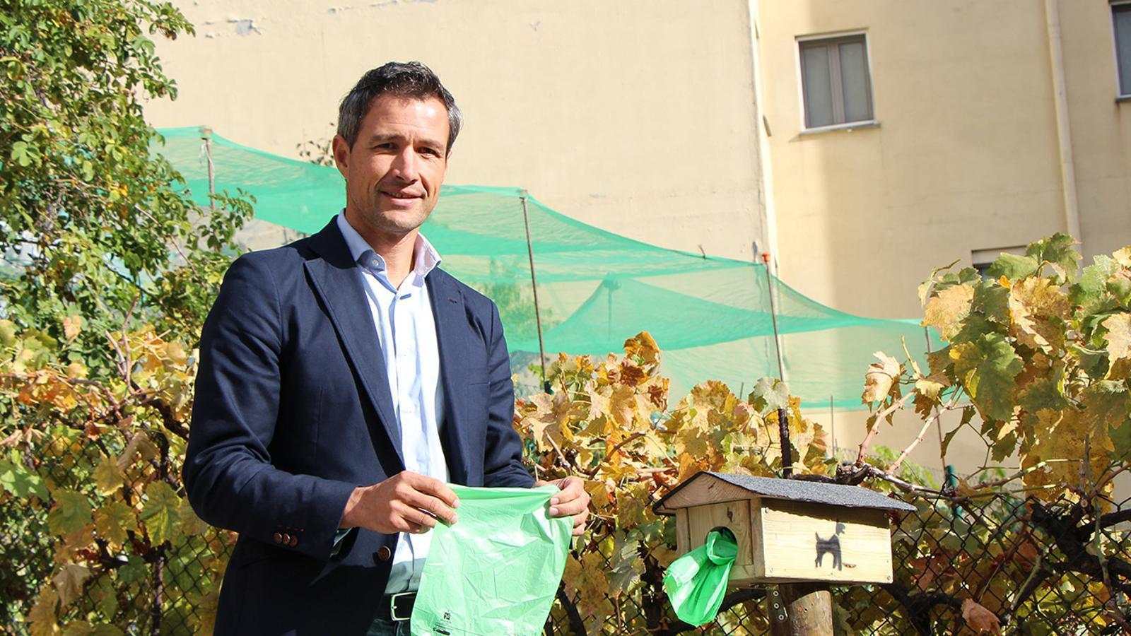 El conseller de Medi Ambient i Innovació d'Andorra la Vella, David Astrié, amb les noves bosses. / M. F. (ANA)