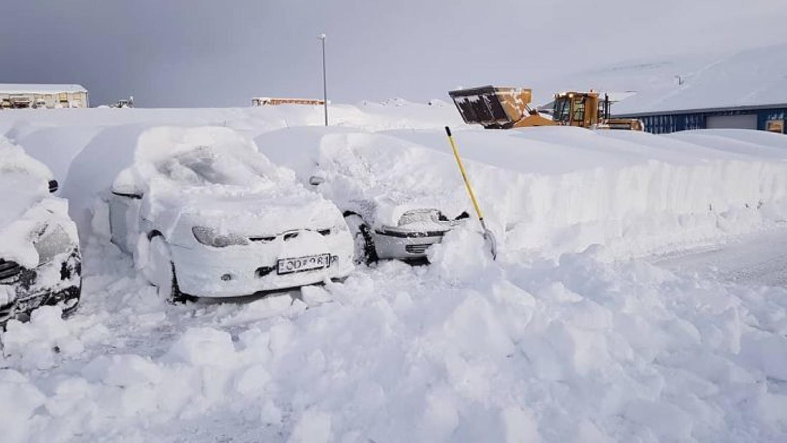 Una espectacular nevada de més d'un metre sorprèn la costa nord d'Islàndia