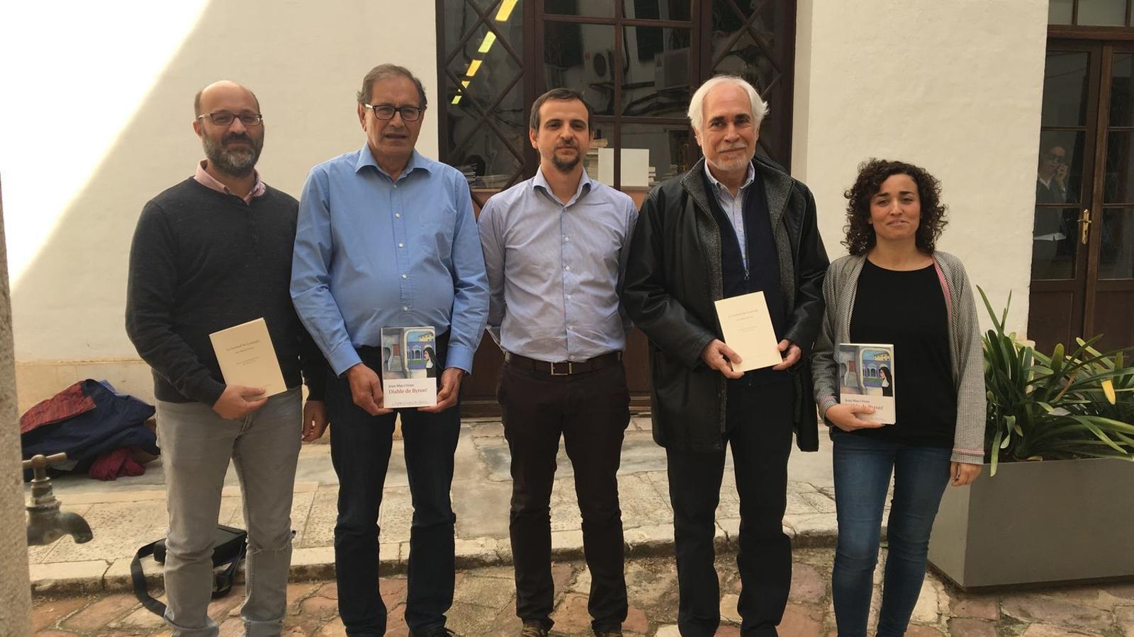 El regidor de cultura, Llorenç Carrió, amb els premiats al Ciutat de Palma 2017
