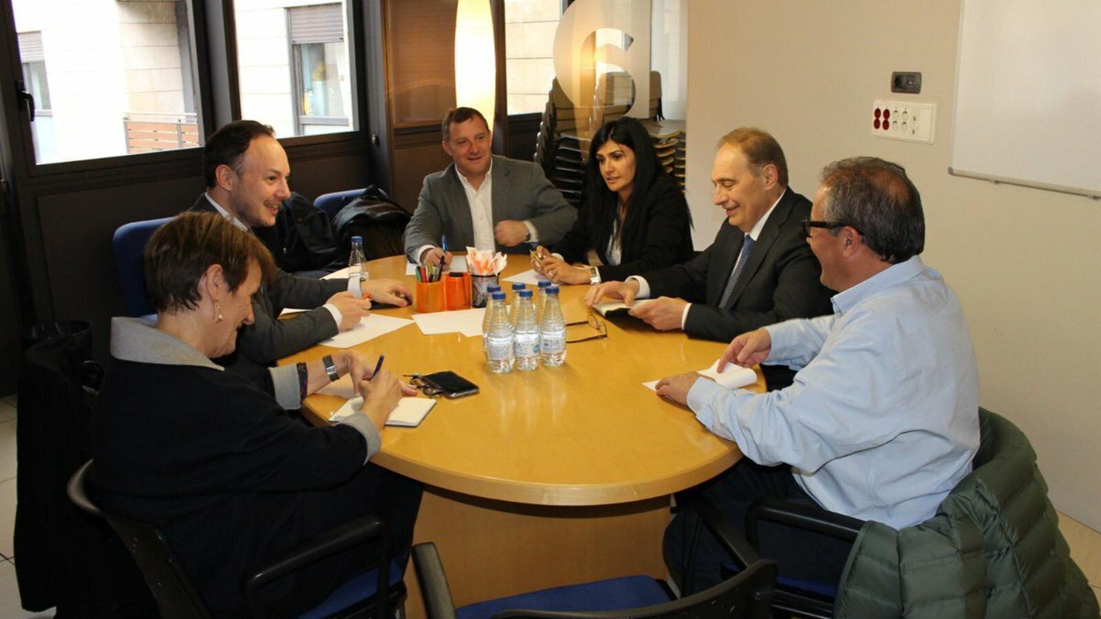 Els representants de Demòcrates i de terceravia durant la reunió d'aquest dimecres. / DEMÒCRATES