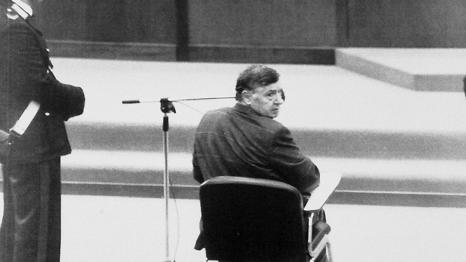 Totò Riina declarant davant el tribunal. És una de les poques imatges que es tenen del mafiós, que va ser detingut el 15 de gener del 1993.