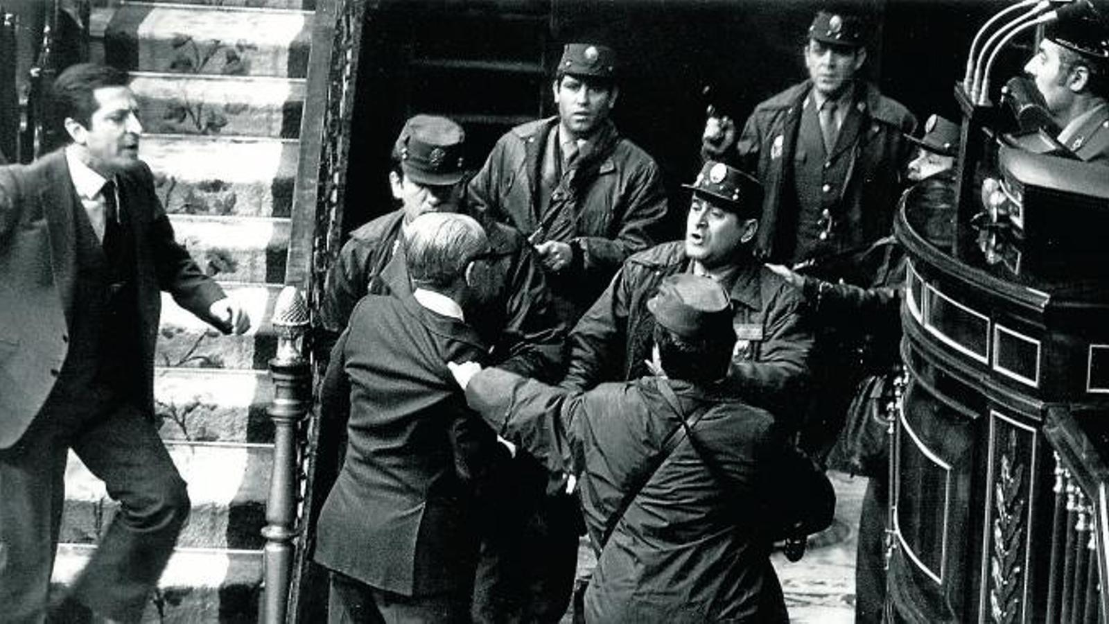 El 23 de febrer del 1981, quan Tejero va fer el cop d'estat, al Congrés es votava un nou president. Suárez, que havia dimitit uns dies abans, ho era en funcions i l'havia de substituir Leopoldo Calvo Sotelo, també de la Unió de Centre Democràtic.