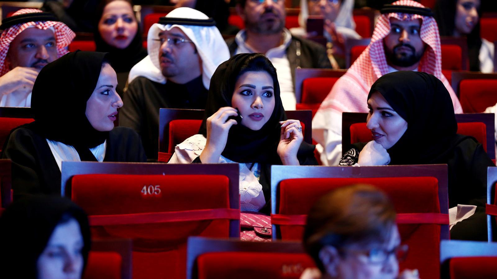 Ciutadans observen al compositor Yanni en la universitat Princesa Nourah bint Abdulrahman a Riad