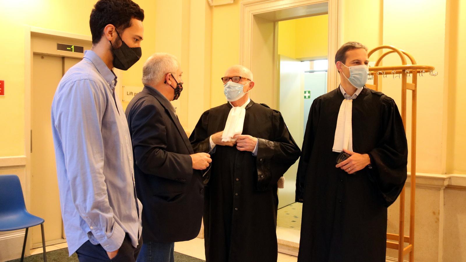 Valtònyc amb els advocats i l'exconseller Lluís Puig abans d'entrar a la vista