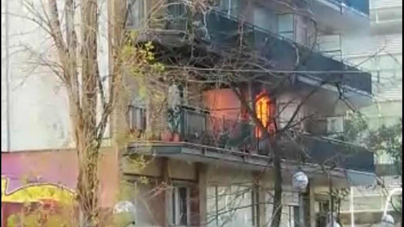 Imatges de l'incendi en un pis de Barcelona
