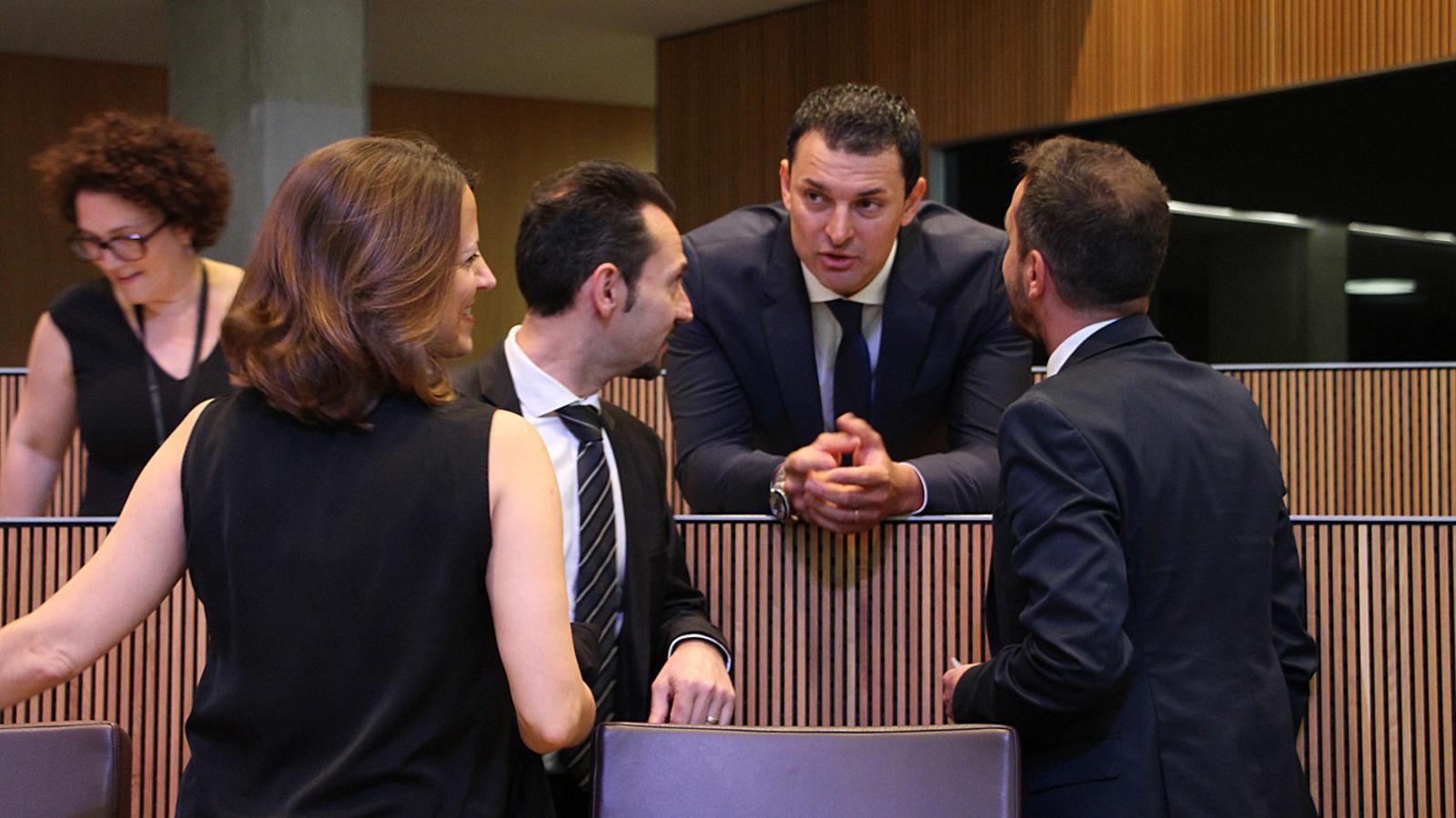 Jordi Gallardo conversa amb els consellers del PS. / M. T. (ANA)