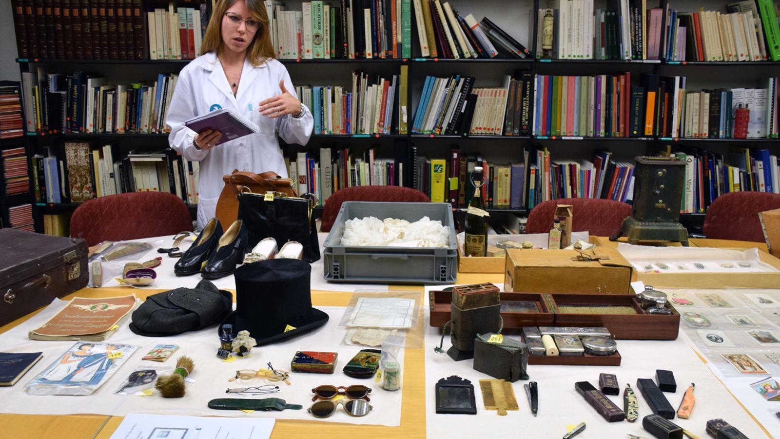 La tècnica ajudant de l'inventari, Cristina Sánchez, davant dels nous béns inventariats de Casa Rossell. / T. N. (ANA)