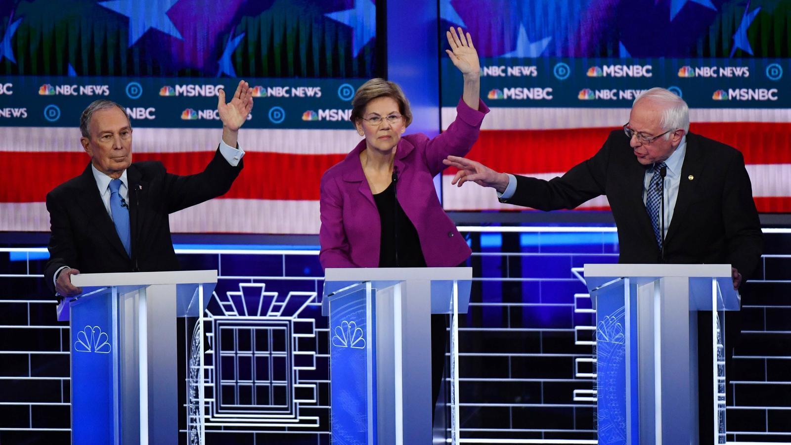 Michael Bloomberg (a l'esquerra) es va haver de defensar dels atacts d'Elixabeth Warren i Bernie Sanders (dreta) en el seu primer debat amb els candidats demòcrates.