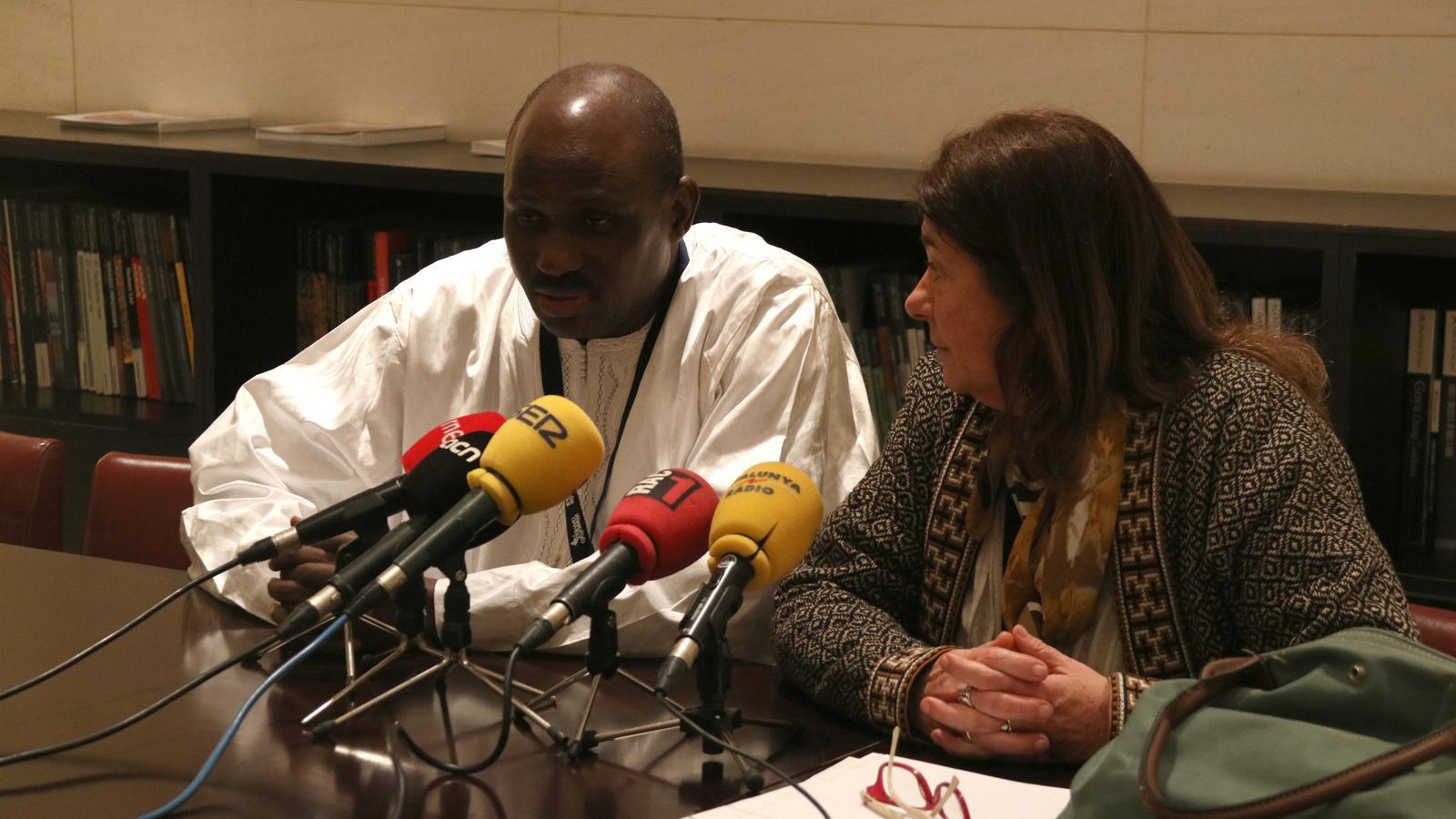 Adriana Kaplan escolta Ousman Sillah, diputat gambià que forma part de la comissió contra l'MGF