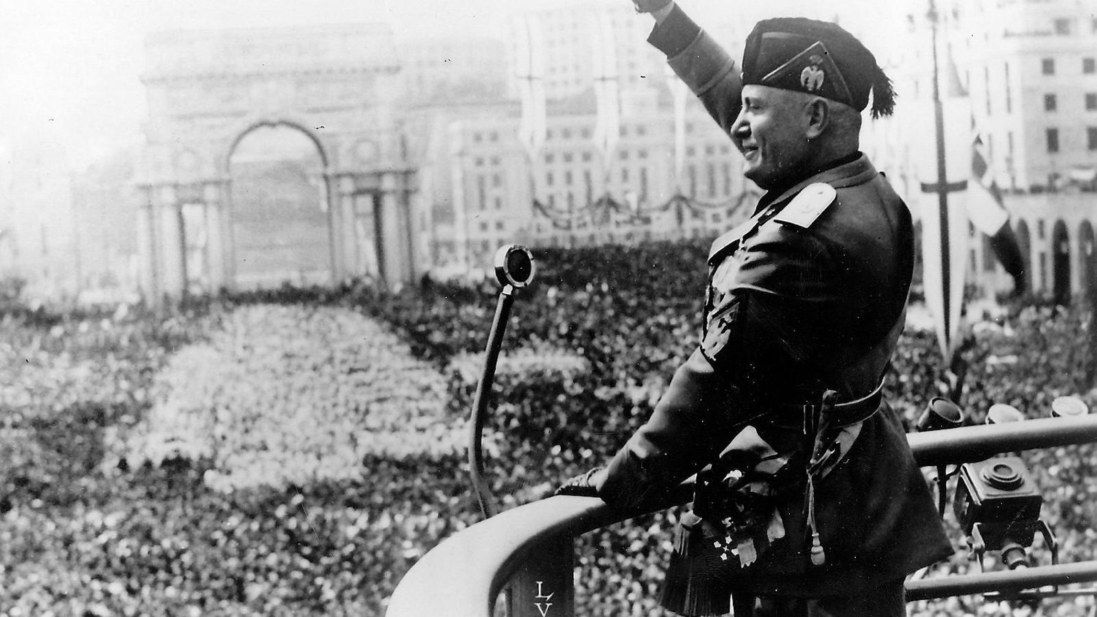 01. El dictador italià Benito Mussolini (1883-1945) saludant en una audiència pública. 02. L'escriptor i professor Antonio Scurati (Nàpols, 1969), autor de M. El hijo del siglo, en una imatge d'arxiu.