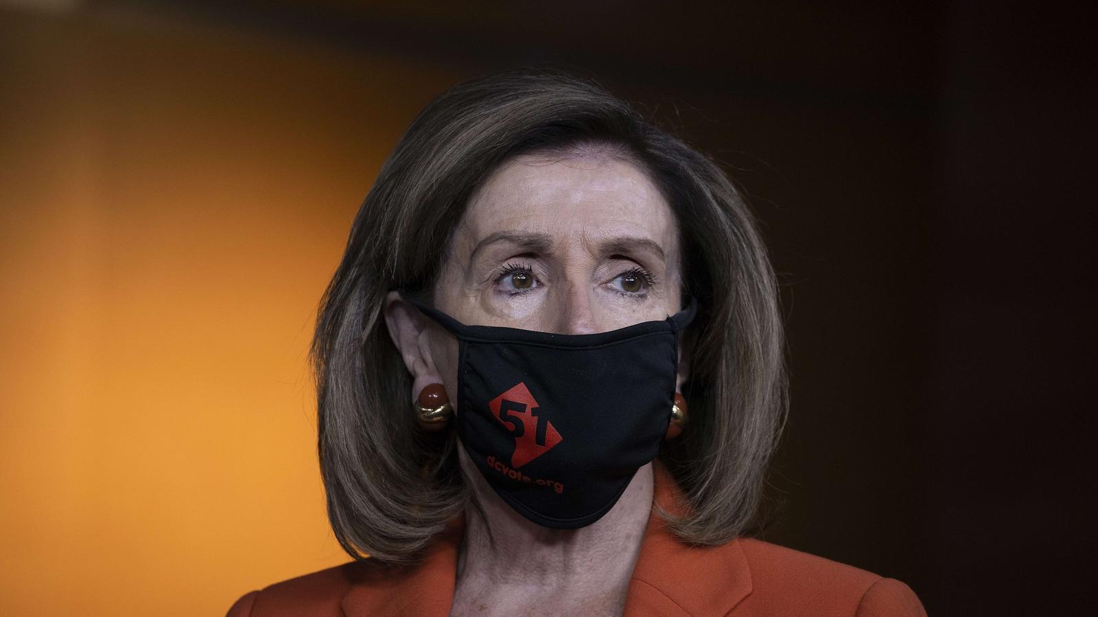 Nancy Pelosi exhibint el número 51 a la seva mascareta per donar suport a la declaració de Washington com un nou estat