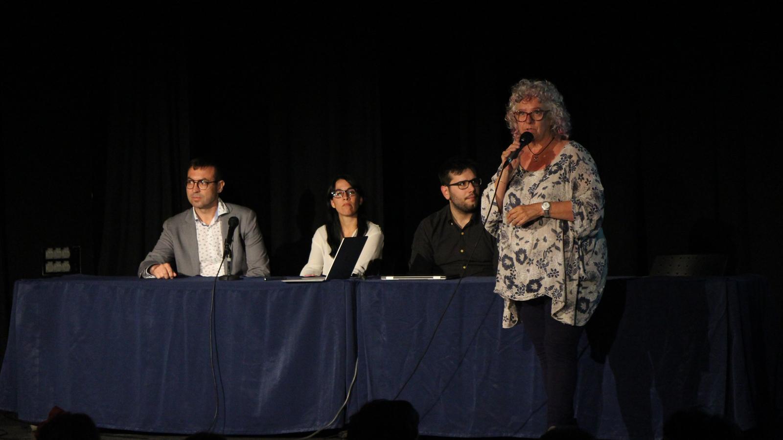 Un moment de la presentació de la conferència dels doctors de l'hospital de Sant Joan de Déu, a càrrec de la directora de l'escola andorrana de Canillo, Bárbara Haytree. / L. M. (ANA)