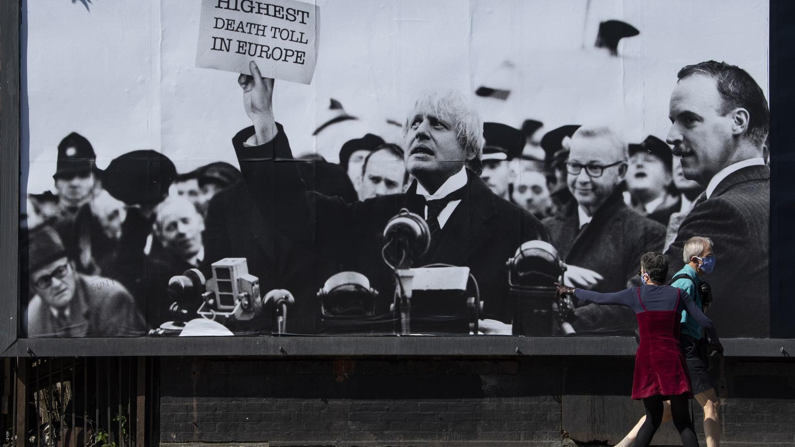 Un muntatge fotogràfic, presentant Boris Johnson com el ministre Neville Chamberlain, en un famós discurs de 1939, critica el galdós paper del premier durant la crisi del covid-19