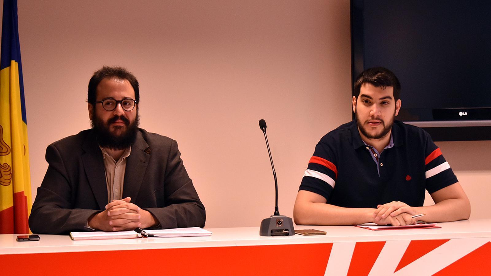 El conseller del grup parlamentari socialdemòcrata Carles Sánchez i el secretari d'organització del PS, Pere Baró, durant la roda de premsa. / M. F.