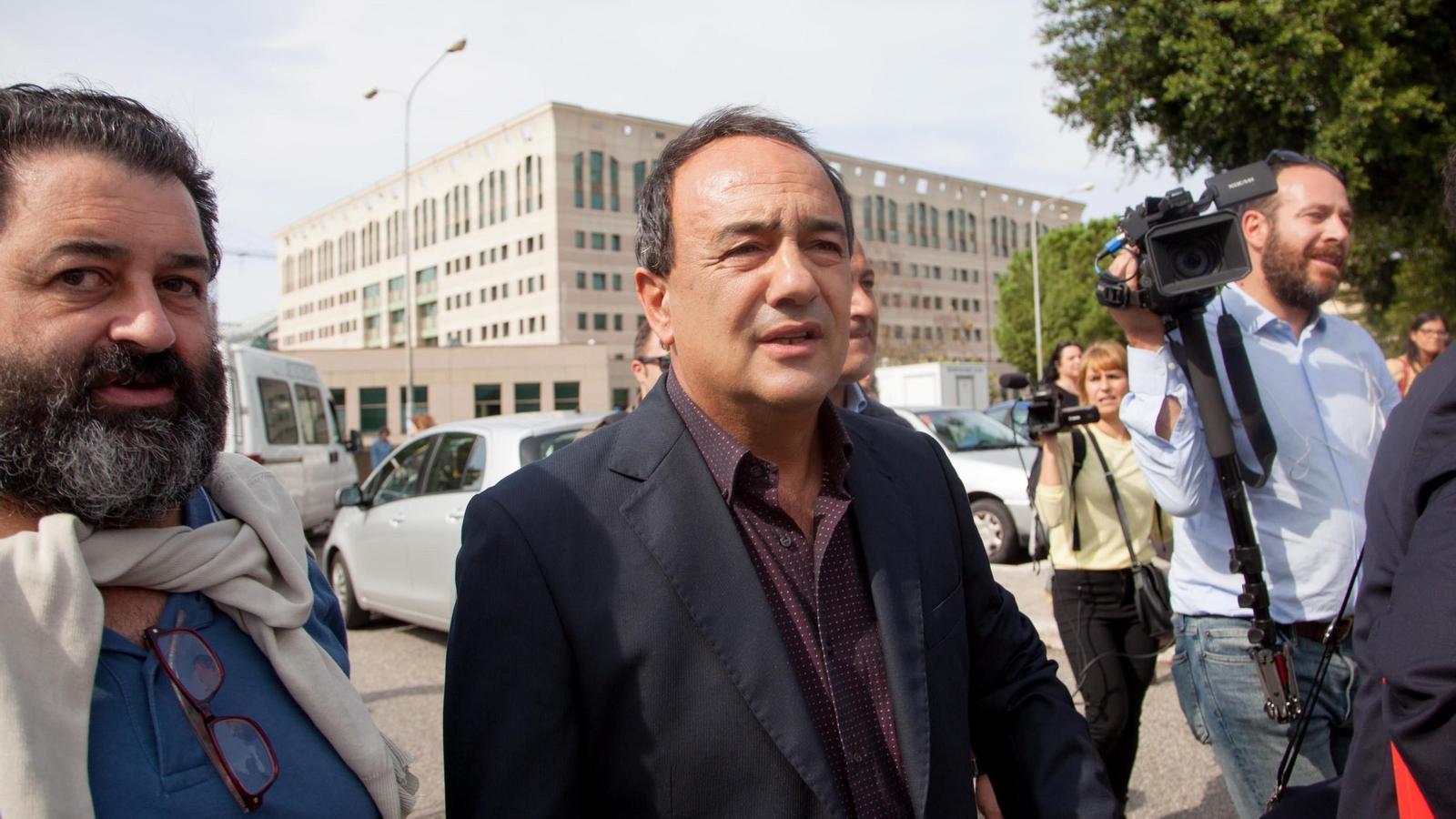 L'alcalde de Riace, Mimmo Lucano,  en sortir del tribunal.