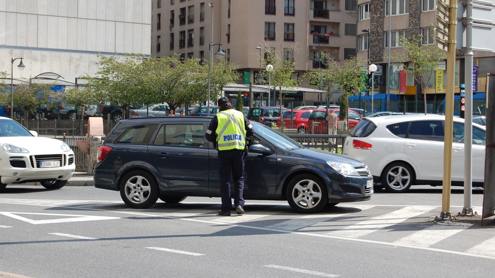 Un agent de policia en un control de trànsit. / ARXIU ANA
