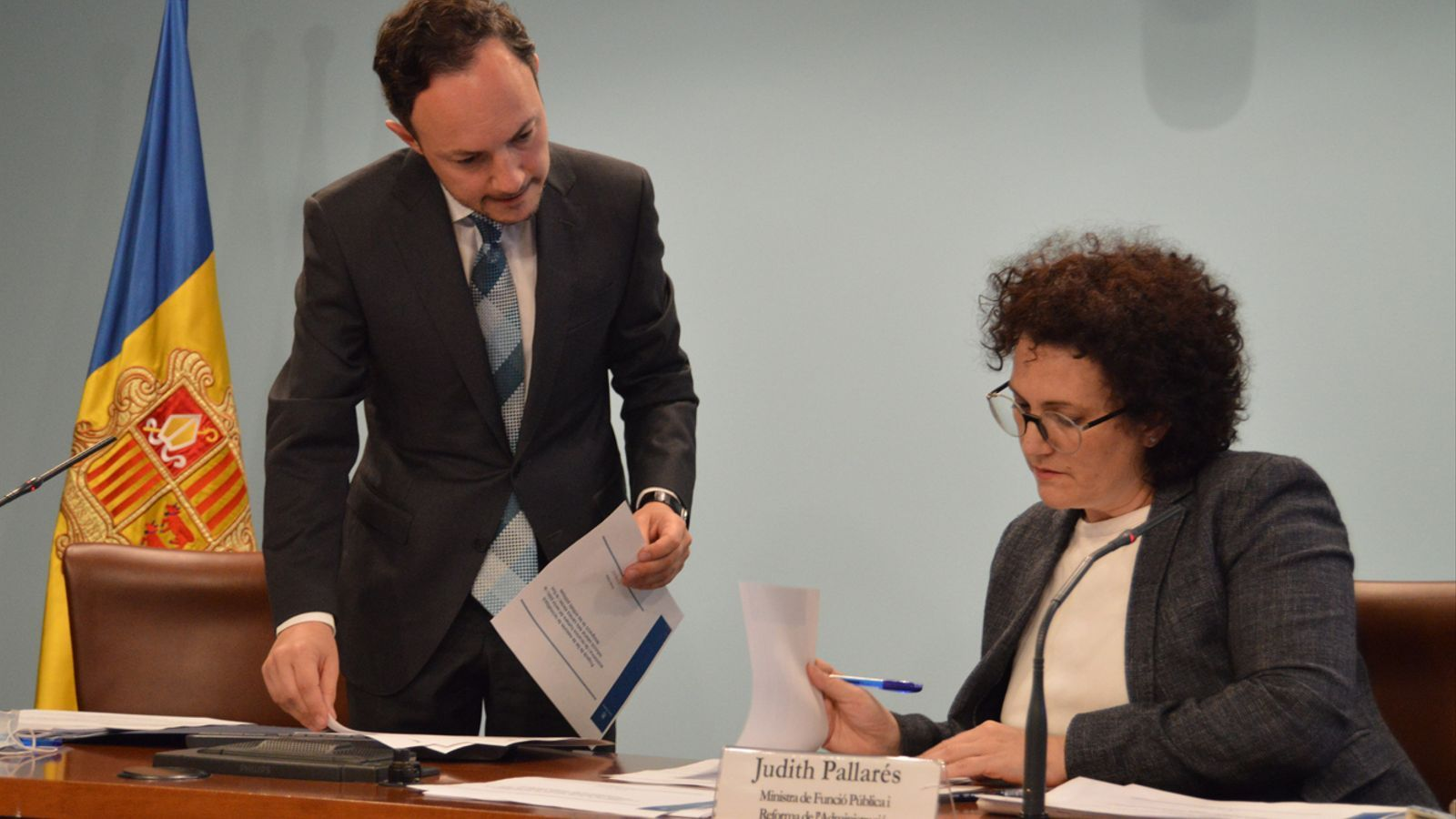 El cap de Govern, Xavier Espot, i la ministra de Funció Pública, Judith Pallarés, moments abans de la roda de premsa. / M. F. (ANA)