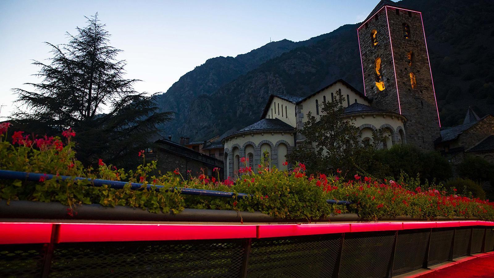L'església de Sant Esteve il·luminada aquest divendres. / COMÚ D'ANDORRA LA VELLA