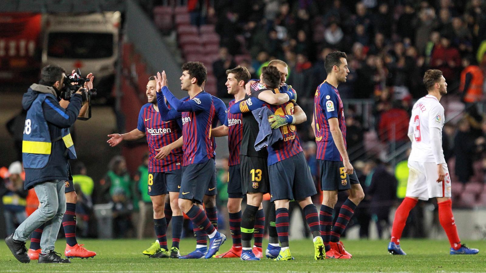 Els jugadors del Barça celebrant la classificació en acabar el partit contra el Sevilla.