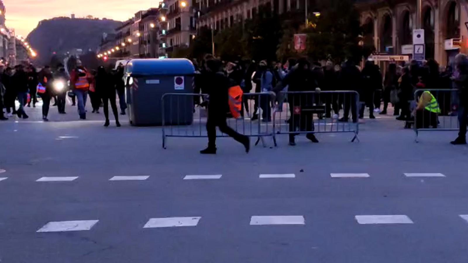 Els manifestants col·loquen trinxeres a l'entrada del Parc de la Ciutadella