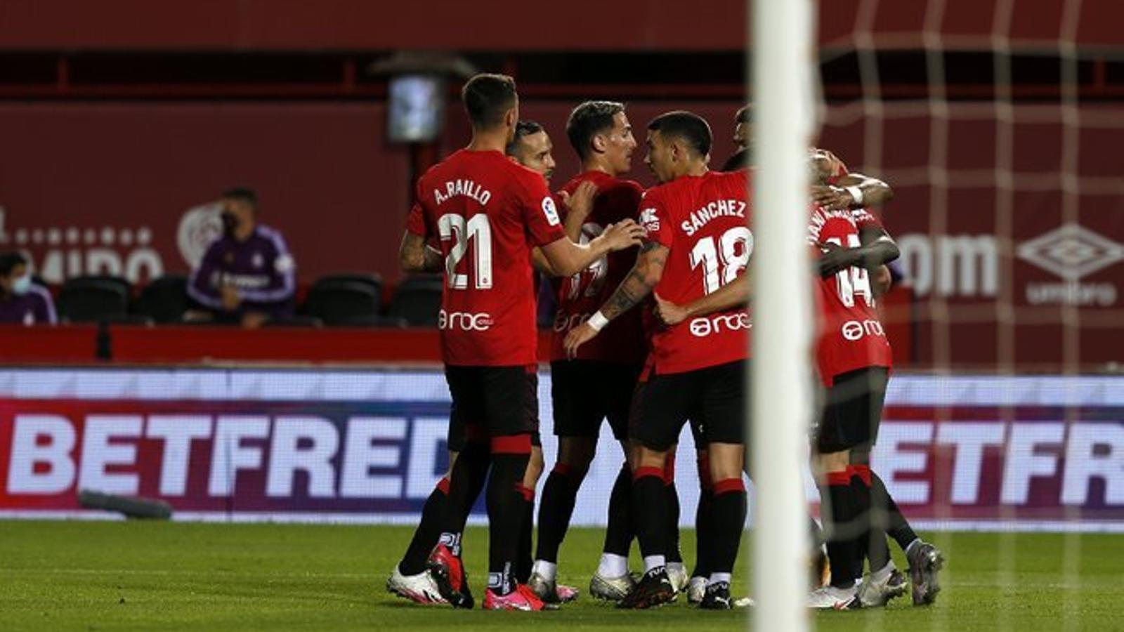 Els jugadors del Mallorca celebren el primer gol del partit.