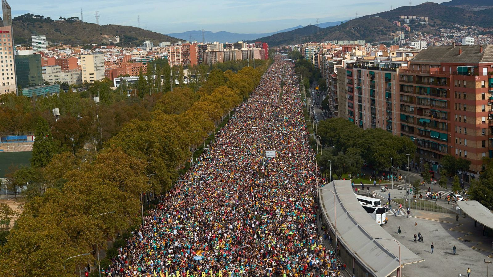La columna de Vic de la Marxa per la Llibertat, entrant per l'avinguda Meridiana de Barcelona.