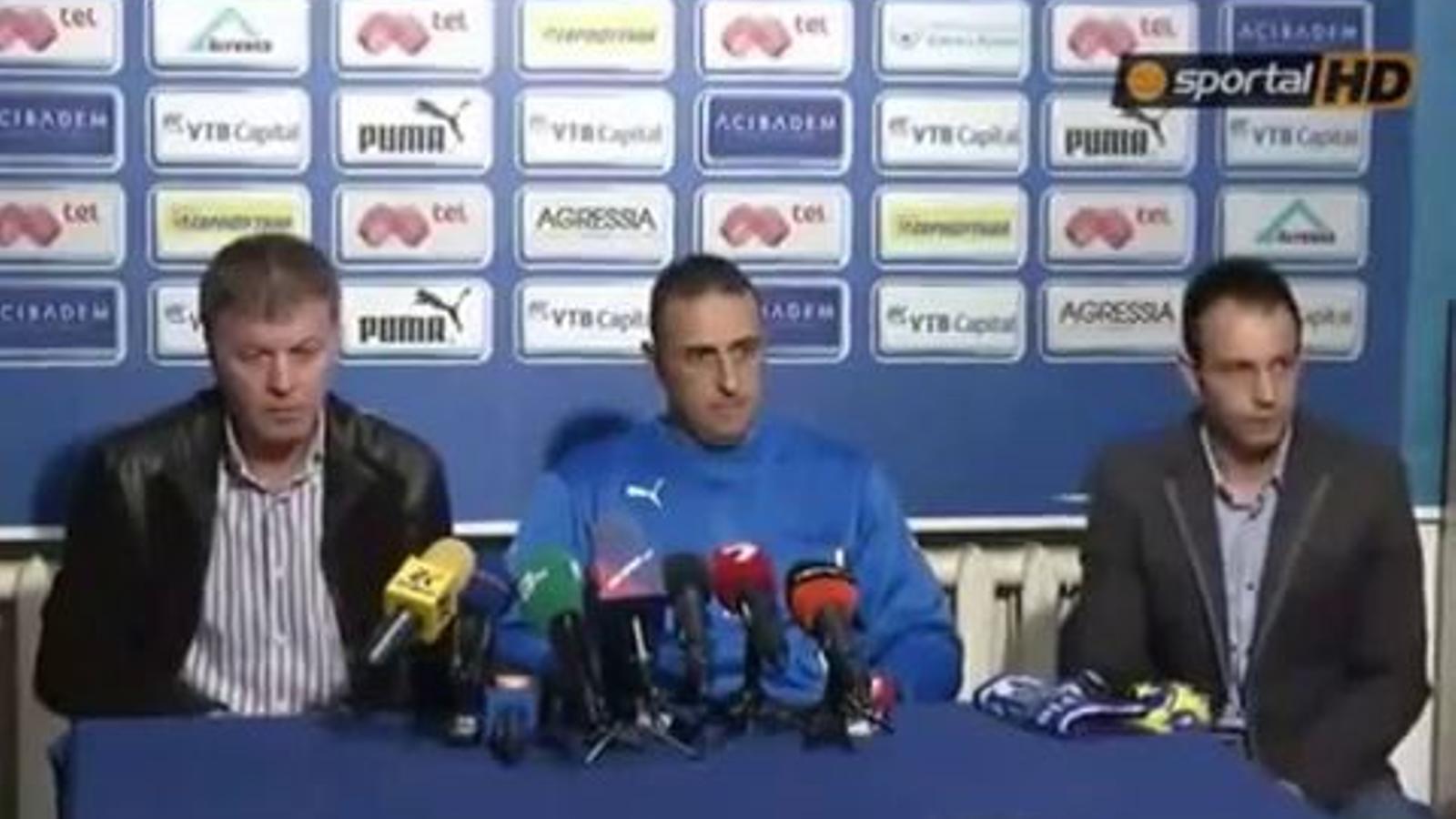 Ultres del Levski li treuen la samarreta del club al nou tècnic de l'equip ja que creuen que és aficionat de l'etern rival