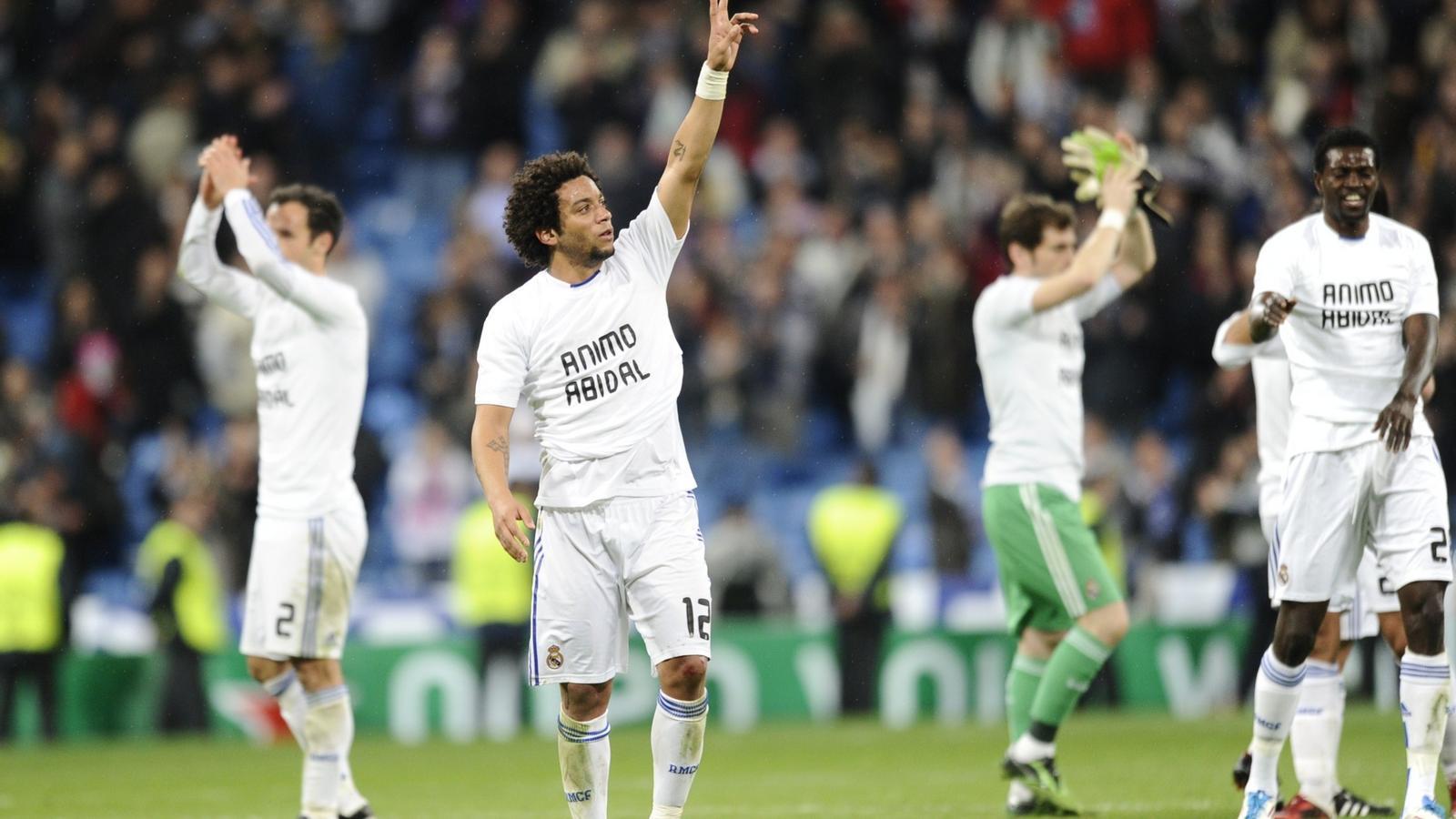 Els jugadors del Reial Madrid celebren la victòria i la classificació amb una samarreta en suport al blaugrana Abidal. / PIERRE-PHILIPPE MARCOU / AFP