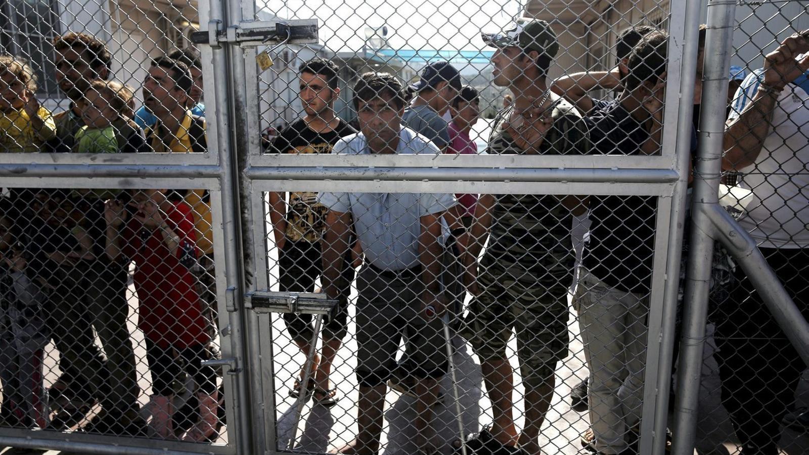 Homes atrapats a Mória, a l'illa grega de Lesbos, avui un centre de detenció.