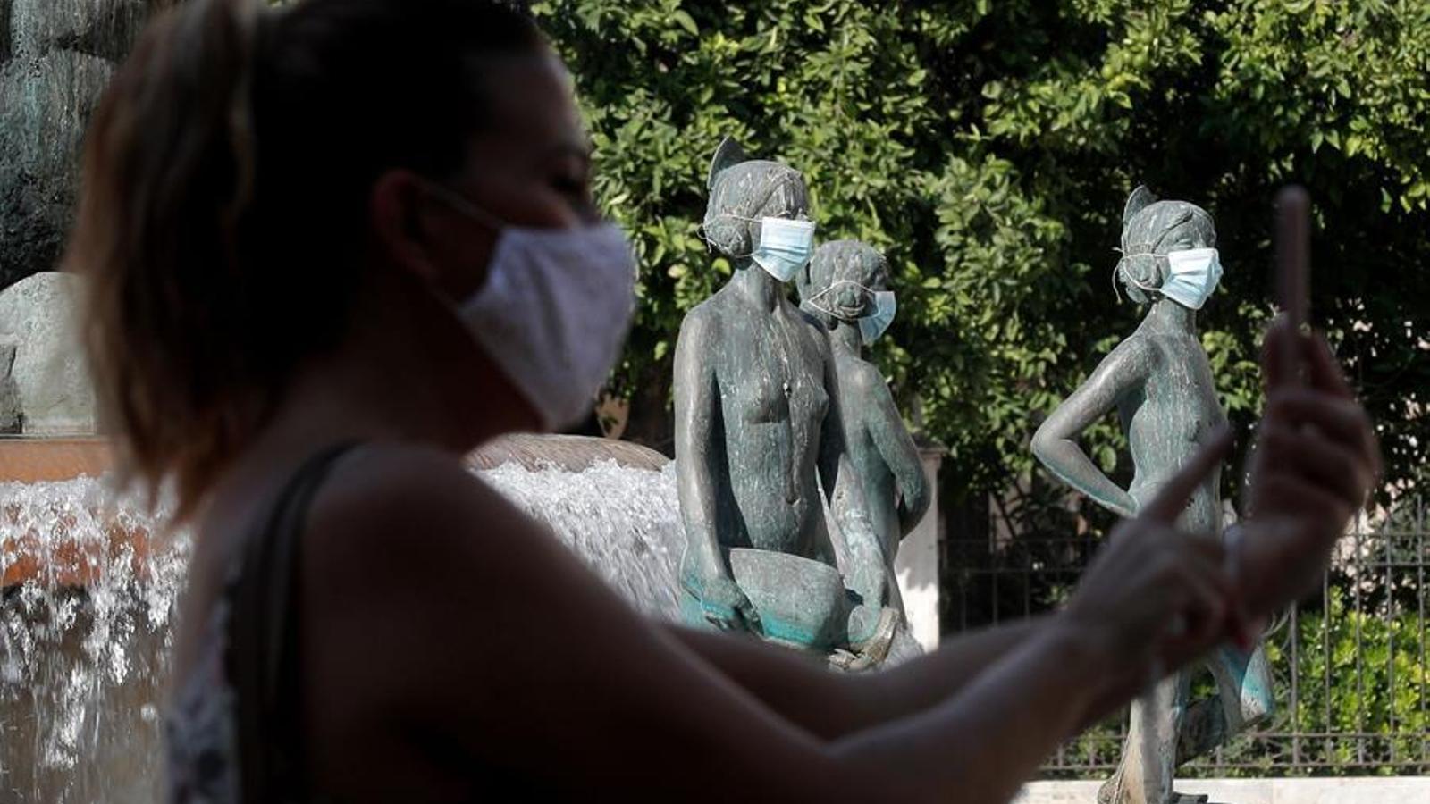 L'Ajuntament de València ha col·locat màscares a les estàtues de la ciutat per a sensibilitzar a la ciutadania de l'ús d'aquesta protecció.. EFE/Kai Försterling