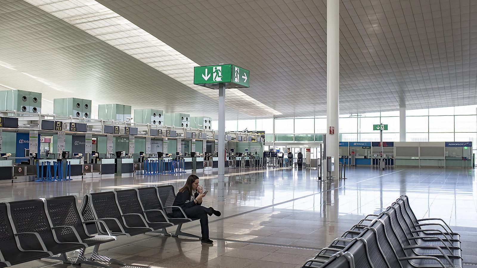 Imatge recent de l'aeroport del Prat sense passatgers a causa de les restriccions de mobilitat.