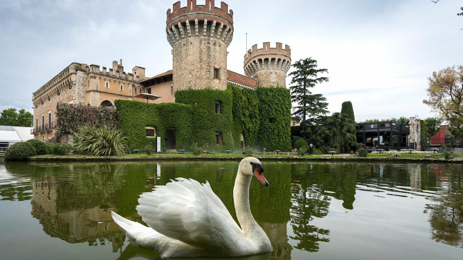 Tant el castell, molt reconstruït, com els jardins tenen molta història.