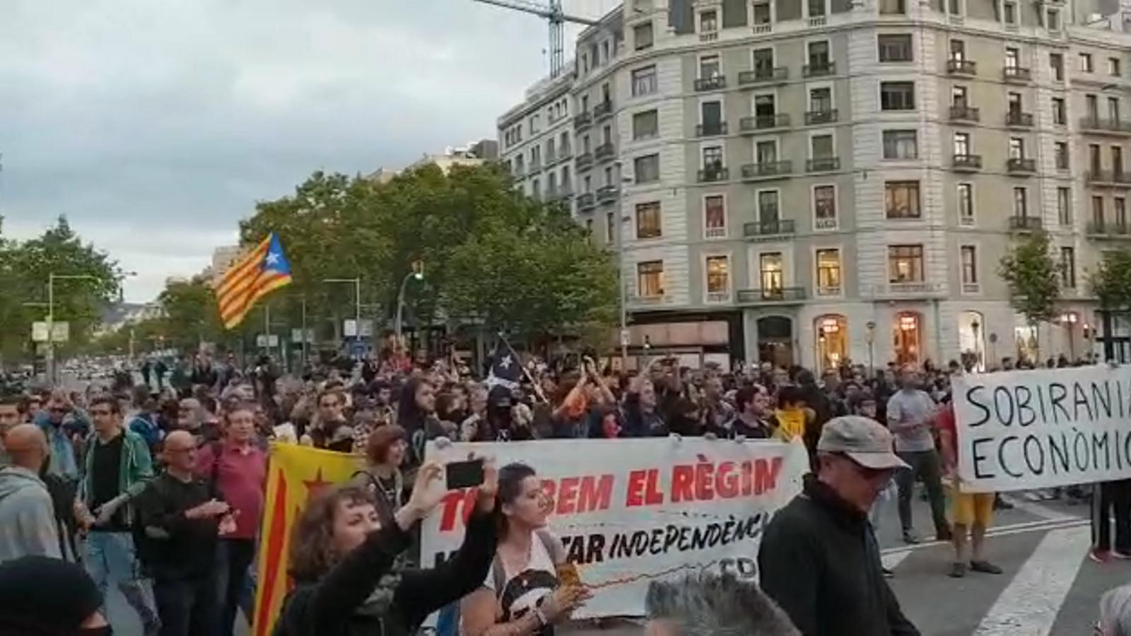 Les protestes dels CDR amb motiu del primer aniversari de l'1-O conflueixen a Passeig de Gràcia amb Gran Via