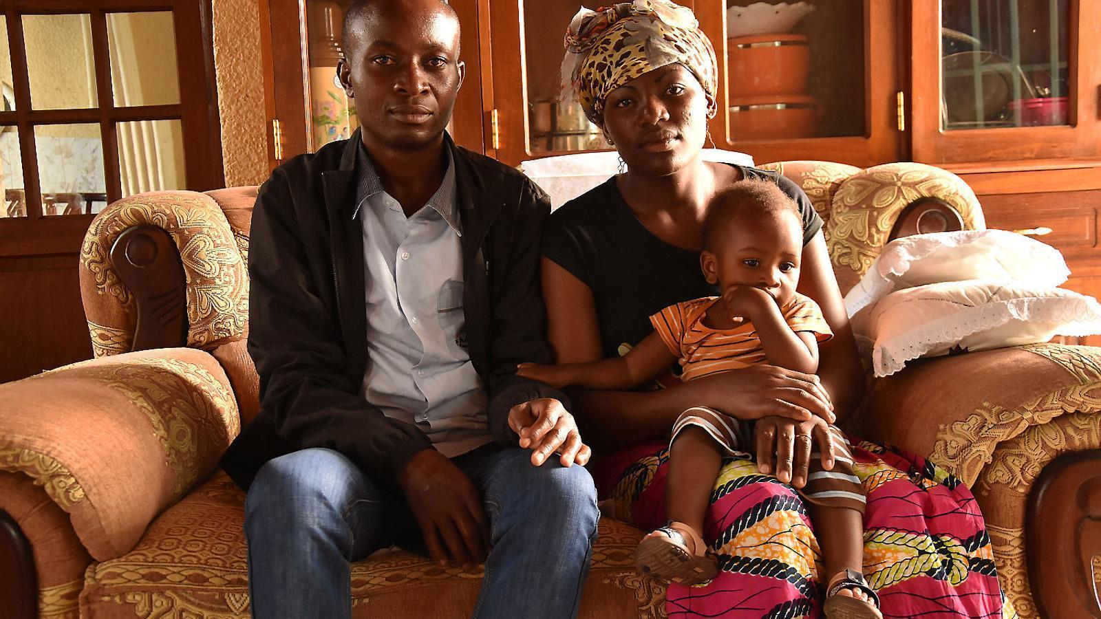El doctor Maurice Mutsunga i Esperance Masinda amb el seu fill de quinze mesos a casa seva, a la localitat congolesa de Beni.