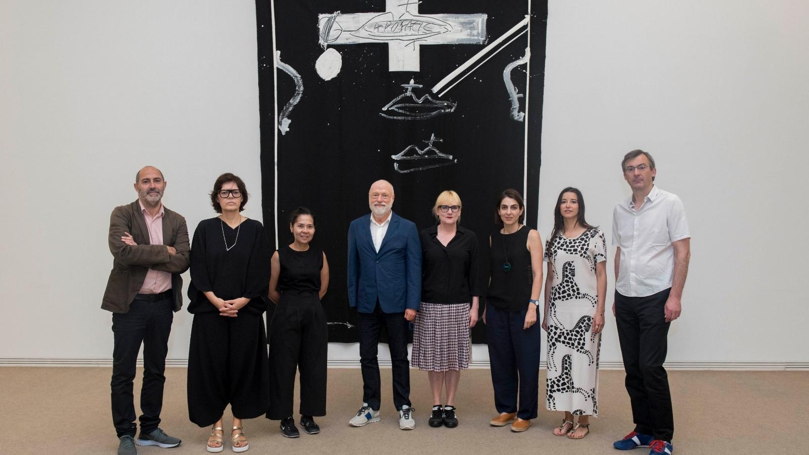 Han Nefkens (al centre) envoltat d'una part de l'equip de la seva fundació i el jurat del premi que organitza amb la Fundació Antoni Tàpies