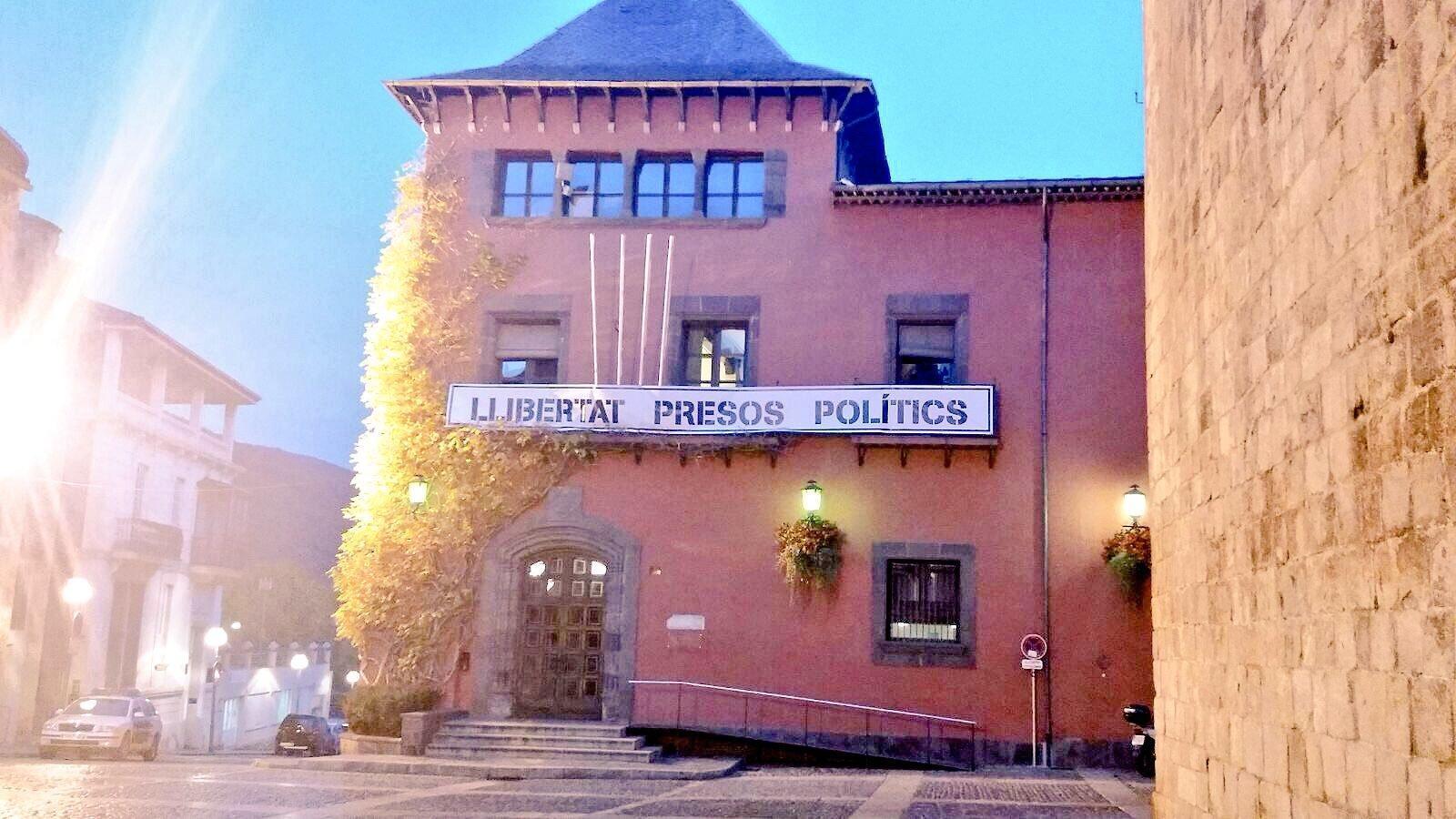 La pancarta a l'edifici de l'ajuntament de la Seu d'Urgell. / @ALBERTBATALLA