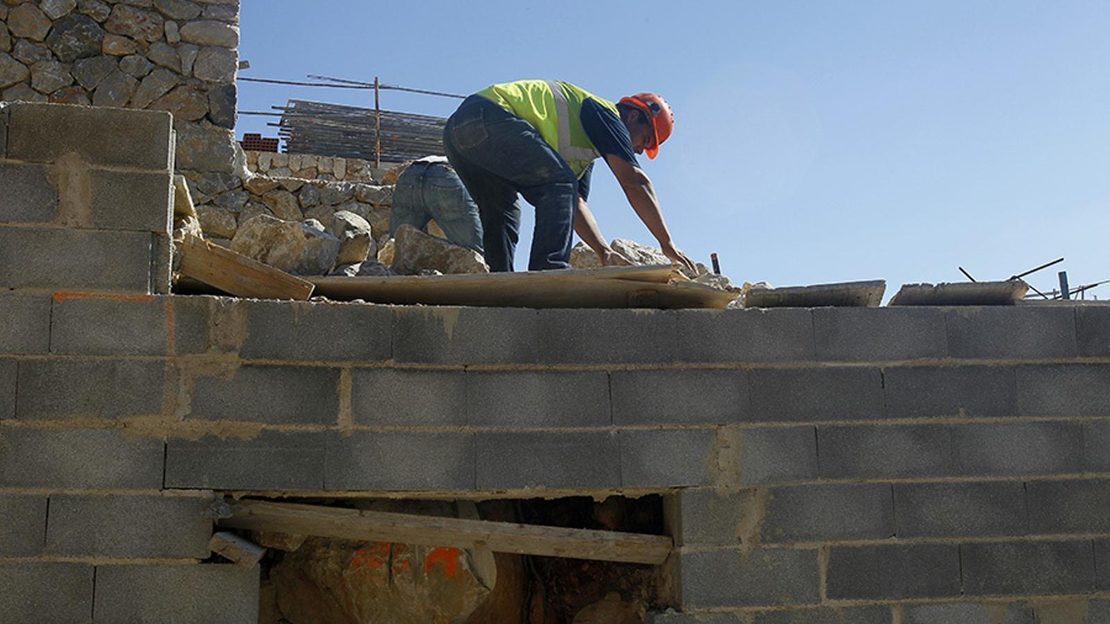 La construcció ha registrar el juliol una davallada per motius estacionals.