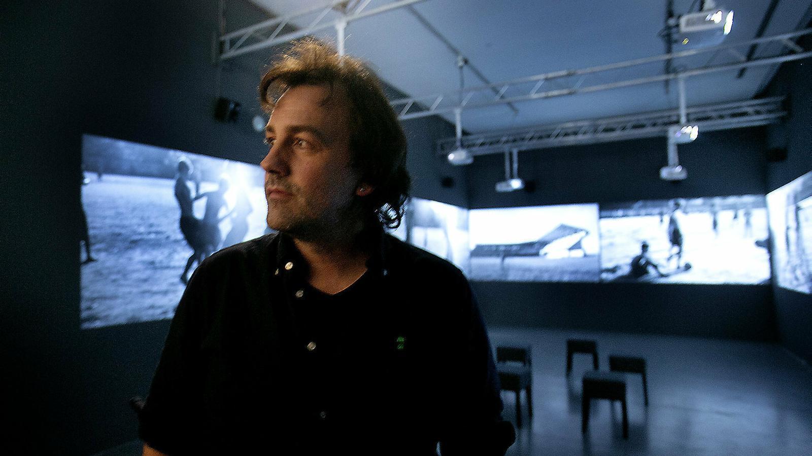 01. Isaki Lacuesta a la instal·lació Les imatges eco. 02. La tercera cara de la lluna. 03. Algunes fotografies de la col·lecció de l'artista.